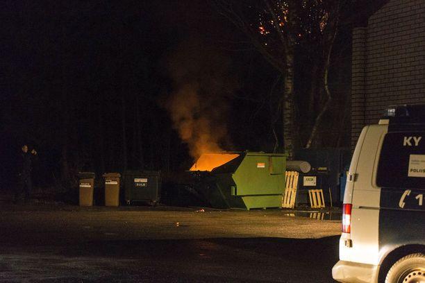 Tahallaan sytytety tulipalot olivat yksi poliisin uudenvuoden yön tyypillisimmistä tehtävistä. Tämä jäteastia roihusi puoli yhdeksän aikaan lähikaupan pihalla Kotkassa.
