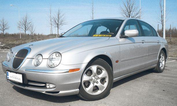 RETROMUOTO. Jaguar S-Type viehätti markkinoille tullessaan retrohenkisellä keulallaan: toisaalta erikoinen ulkonäkö myös rokotti sen myyntiä.