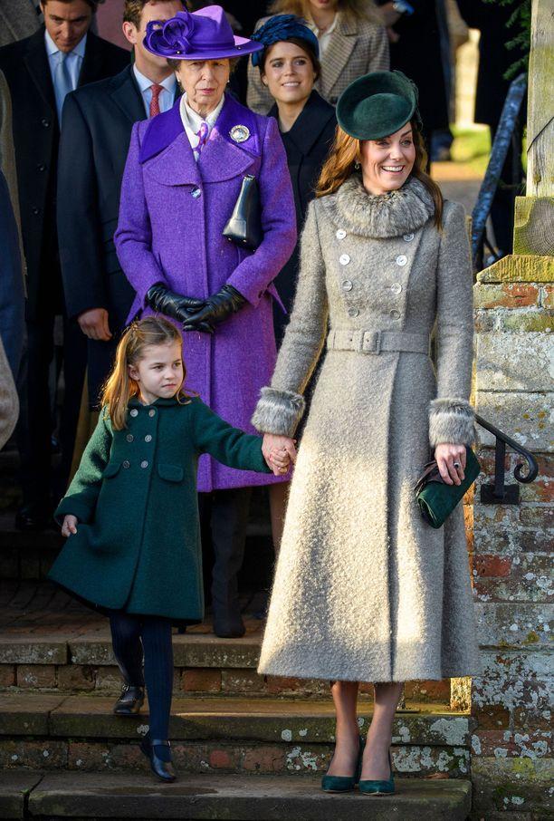 Prinsessa Charlotte äitinsä, herttuatar Catherinen käsipuolessa.