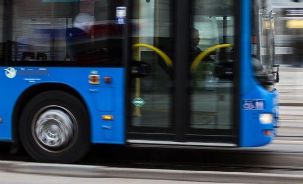Käräjäoikeus katsoi, että bussinkuljettaja syyllistyi liikenneturvallisuuden vaarantamiseen. Hän ajoi henkilöauton perään. Kuvituskuva.