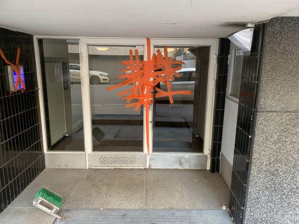 Punavuoressa sijaitsevan taloyhtiön ulko-oveen oli ilmestynyt oranssia teippiä.