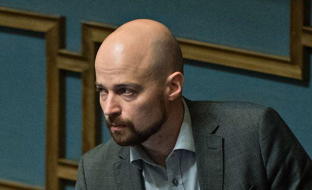 Keskustan kansanedustaja Mikko Kärnä tunnetaan muun muassa vahvoista näkemyksistään susikeskustelussa. Maaseudun Tulevaisuus uutisoi, että vihreiden puolueaktiivi Tero Kankaanperä reagoi Kärnän puheisiin Twitterissä kyseenalaisella kommentilla.