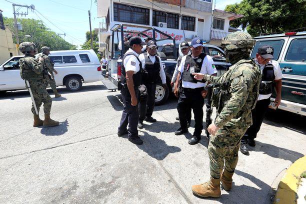 Poliiseilta otettiin aseet haltuun.