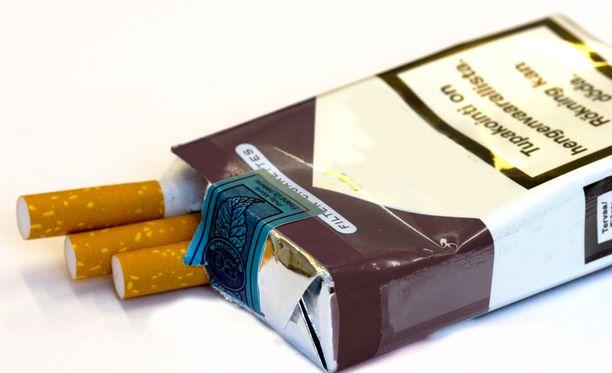 Valviran lakimiehen mielestä tupakka-askiin kirjattu nimipari muistuttaa keräilysarjaa.