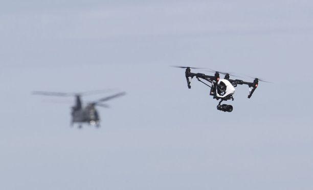 Kuvituskuva. Dronen lentäminen aiheutti häiriöitä sunnuntai-iltana Gatwickin lentoasemalla.