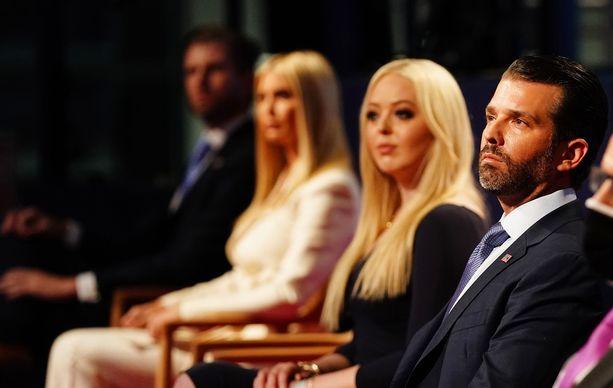 Eric Trump (vas.) , Ivanka Trump, Tiffany Trump ja Donald Trump Jr. eivät suostuneet käyttämään kasvosuojusta, vaikka se oli edellytyksenä katsomoon pääsylle.