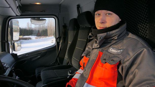 Kuljettaja Alar Koht käy säännöllisesti Karjalohjalla isäntänsä kuorma-autolla.