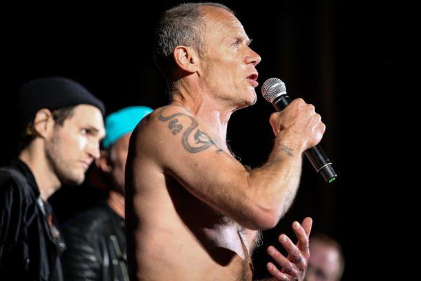 Flea nousi lavalle ja kertoi, että keikka joudutaan perumaan.