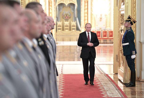 Putin haluaa näyttää itsensä vahvana johtajana, johon kansa voi luottaa. Kuva lokakuulta Kremlissä.
