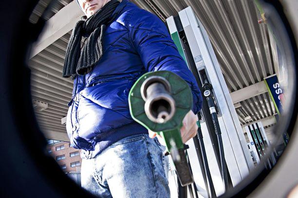 Öljyn hinnan ennustetaan nousevan jo maanantaina. Kuvituskuva.
