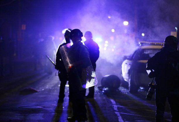Mellakkapoliiseja Fergusonissa syksyllä 2014. 18-vuotiaan Michael Brownin ampuminen sai aikaan suurmielenosoitukset ja käynnisti maanlaajuisen keskustelun poliisin voimankäytöstä.