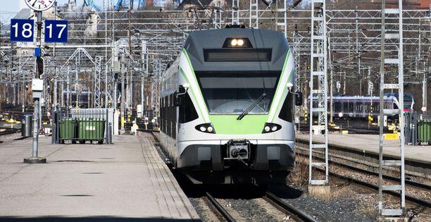 Pasilan asemalle lähelle laitureita hajonneesta junasta ei voitu turvallisuusmääräysten takia päästää matkustajia ulos (arkistokuva).