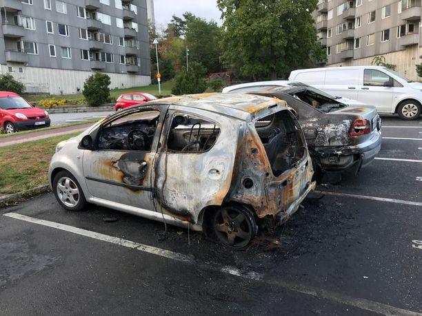 Monet autot paloivat käyttökelvottomiksi Göteborgin Frölundassa.