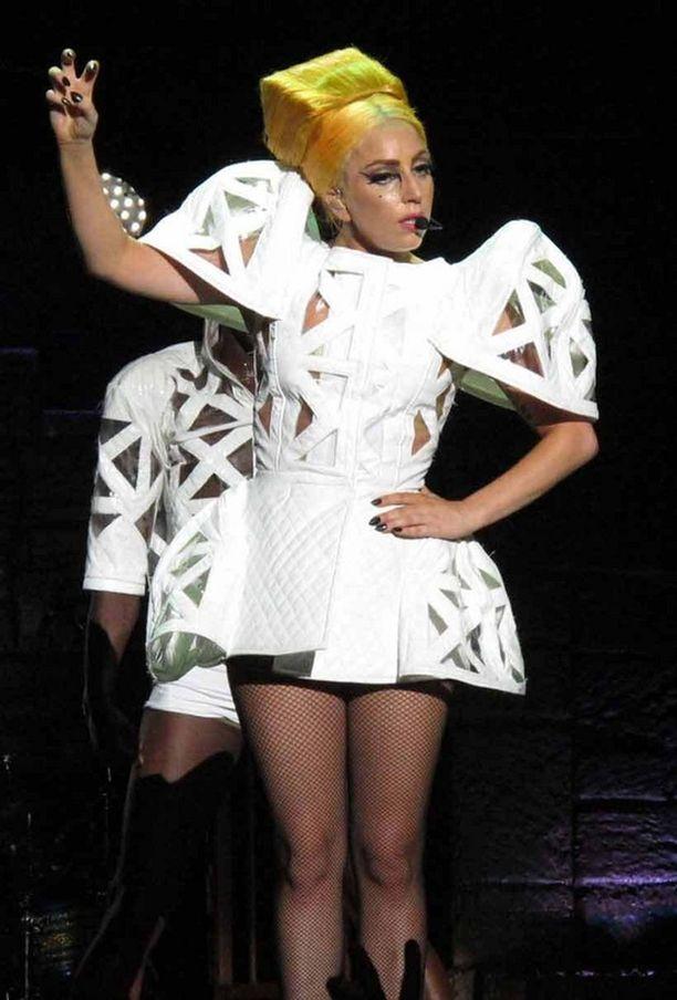 Lagy Gaga veti Aucklandissa keikan loppuun vaikka sai välissä osuman metallitangosta.