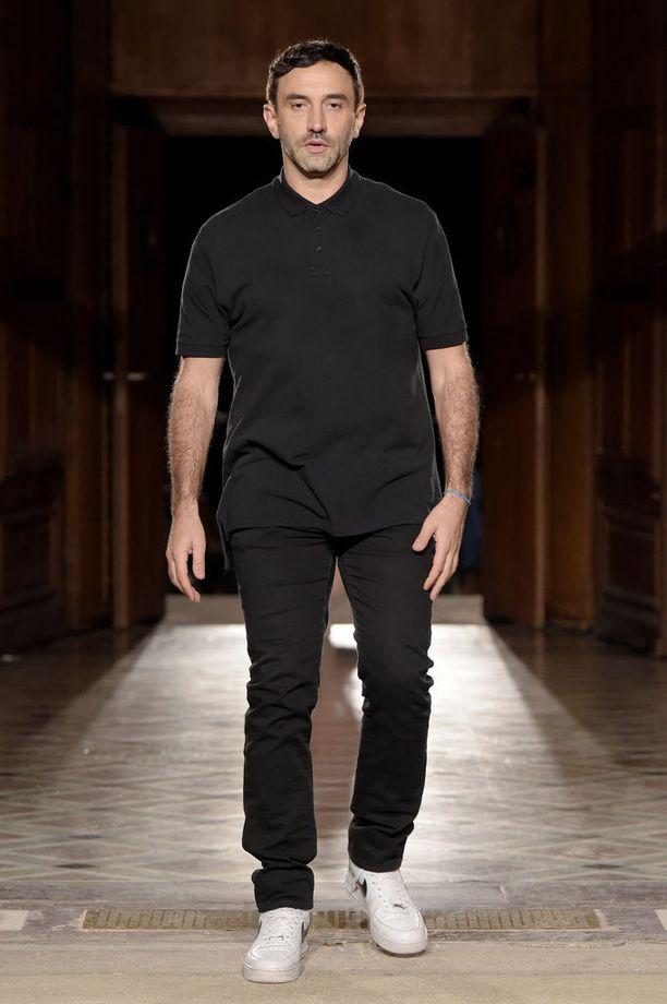 Riccardo Tisci runwaylla viimeiseksi jääneen Givenchy-näytöksensä jälkeen.