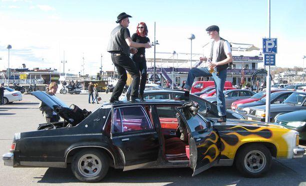 """- Auto on Oldsmobile Delta Royale 88 vm. 79. Ulkokuoren on tarkoitus olla mahdollisimman törkeän näköinen, koska auto on """"lauluauto"""". Tämä sallii katolla tanssimisen ja muun toilailun. Tekniikka autossa on laitettu viimisen päälle, kertoo Juuso lauluautostaan."""