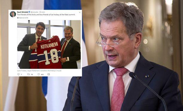 Sauli Niinistö poseerasi yhteiskuvassa Justin Trudeaun ja Jesperi Kotkaniemen pelipaidan kanssa.