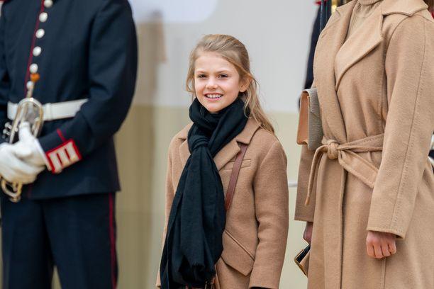 Prinsessa Estelle hymyili valokuvaajille avajaisissa.