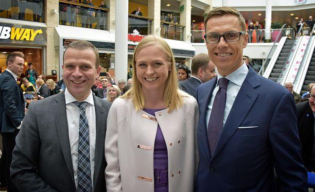 """Elina Lepomäki kertoo tunteneensa itsensä kokoomuksen puheenjohtajataiston aikana """"hankalaksi akaksi"""". Lepomäki mainitsee saaneensa jatkuvasti kuulla, että hänellä on vääränlaiset vaatteet tai liian kireä ilme. Kuvassa Lepomäki Orpon (vas.) ja Stubbin välissä puheenjohtakiertueen ensimmäisenä päivänä toukokuussa 2015."""