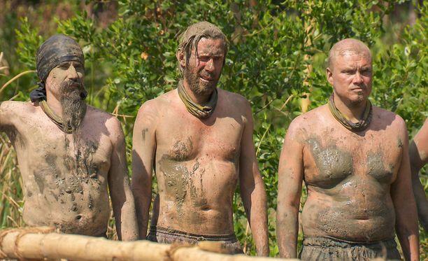 Juhana Helmenkalastaja (vasemmalla) jakaa auliisti tietojaan muulle heimolle.
