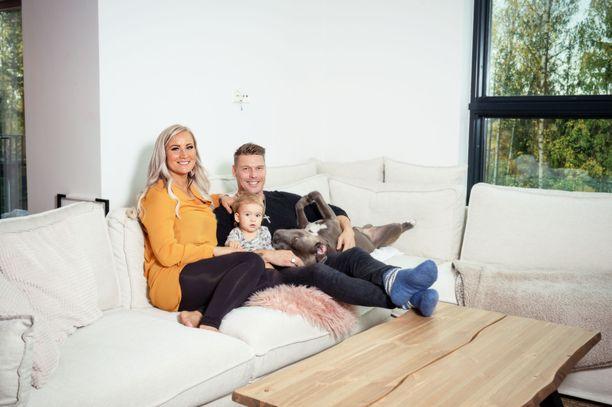 Aki ja Rita ovat tyytyväisiä uuteen Lempäälän kotiinsa.