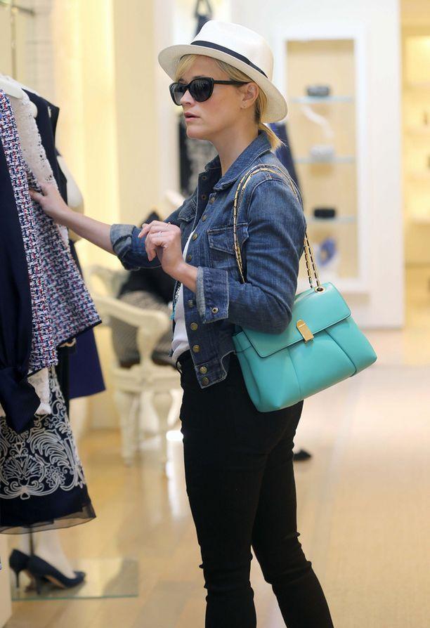 Reese Witherspoon yhdistää farkkutakin mustiin housuihin ja lierihattuun.