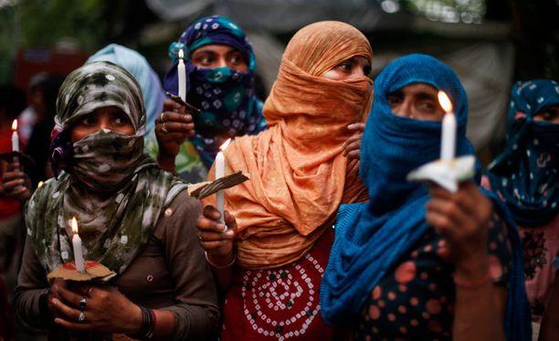 Intialaiset protestoivat teinityttöjen joukkoraiskauksia järjestämässään yövartiossa New Delhissä toukokuun lopulla.