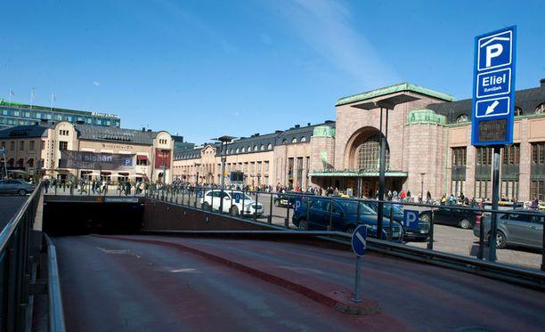 Kahta miestä puukotettiin perjantaina Helsingin rautatieaseman edustalla.