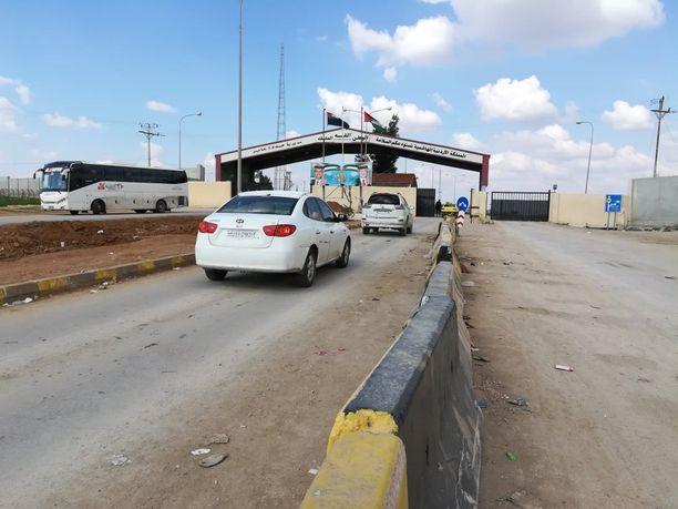 Syyrian ja Jordanian väliselle Jaberin rajanylityspisteelle saapuessa muuttoliikkeen pystyy havaitsemaan selvästi.