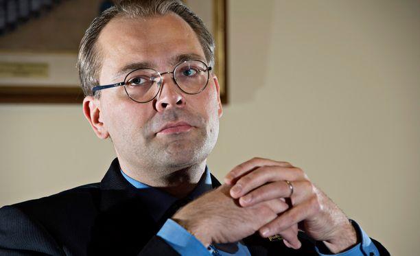 Ratkaisuksi ongelmaan Niinistö sanoo esittäneensä jo viime syksynä sotilaspoliisireservin käyttöä täydennyspoliisitehtävissä.