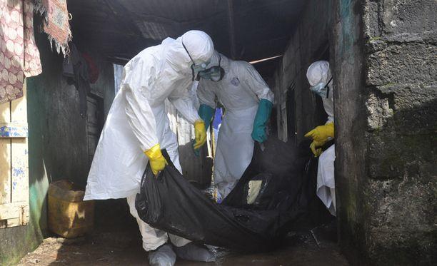 Ebolaan luultavasti kuolleen naisen ruumista siirrettiin tiistaina Liberiassa.