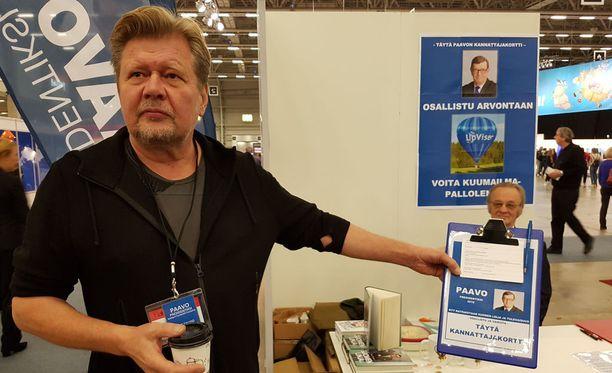 Kampanja-aktiivi Arto Talvio keräsi kannattajakortteja Helsingin Kirjamessuilla viime viikolla.