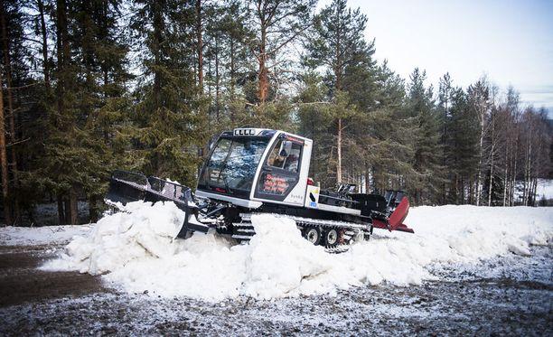 Lumikissa teki tykkilumilatua Rovaniemellä vuonna 2014. Ounasvaaralle valmistuu tänäkin vuonna usean kilometrin mittainen keinolumibaana.