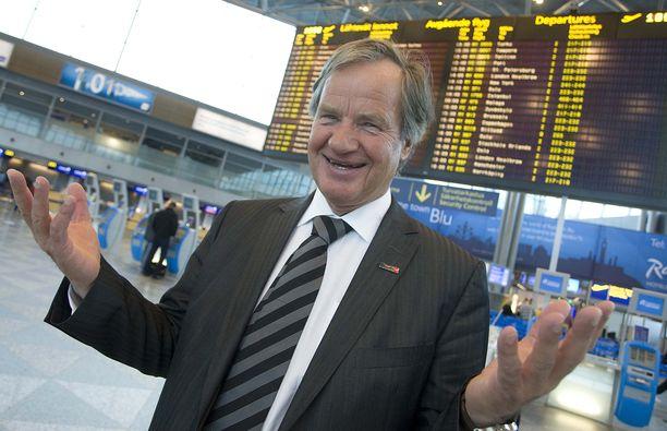 Norwegianin perustaja Bjørn Kjos palaa lentoyhtiöbisnekseen. Kuvassa Kjos Helsinki-Vantaan lentoasemalla vuonna 2010.