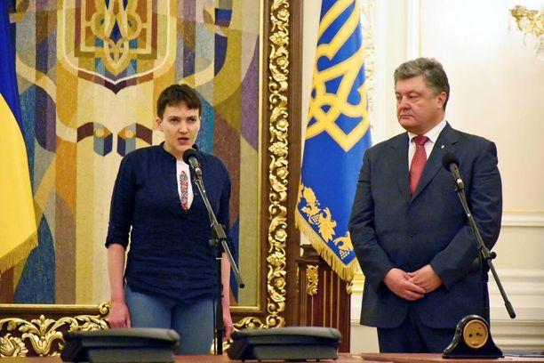 Nadja Savchenko piti isänmaallisen ja liikuttavan puheen keskiviikkona heti vapauduttuaan. Presidentti Petro Poroshenko puolestaan ylisti Savchenko rohkeutta.