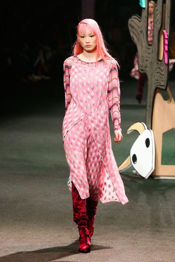 Milleniaalipinkkiä on näkynyt niin hiusväreissä kuin catwalkeilla. Kuvassa malli Fernanda Ly.