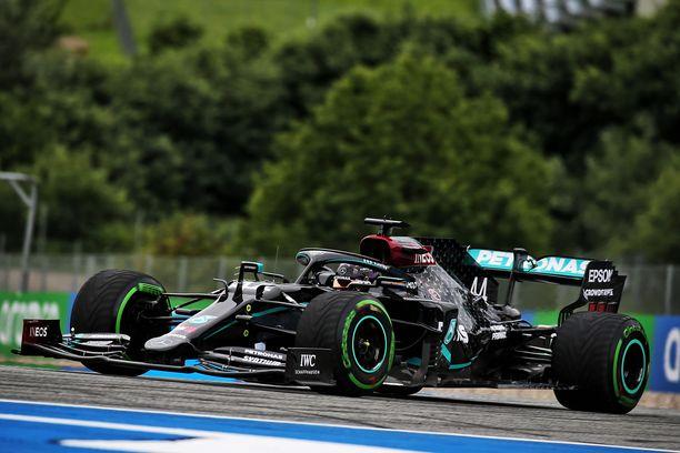 Hallitseva maailmanmestari Lewis Hamilton oli avausharjoitusten nopein.