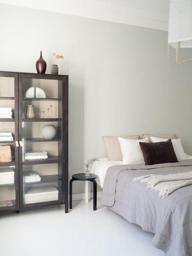 Vitriini makuuhuoneessa kauniine koriste-esineineen tuo tilaan rauhaa ja harmoniaa.