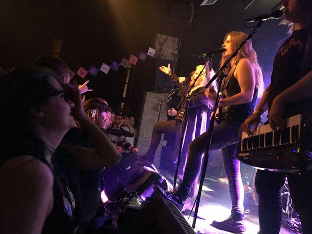 Tallinnassa nähdään suomalaisiakin kiinnostavia bändejä. Battle Beast esiintyi huhtikuussa Tallinnan musiikkiviikoilla Von Krahl -teatterissa.
