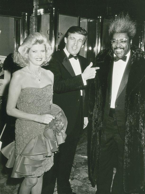 Ivana ja Donald Trump yhdessä nyrkkeilypromoottori Don Kingin kanssa New Yorkissa vuonna 1987.