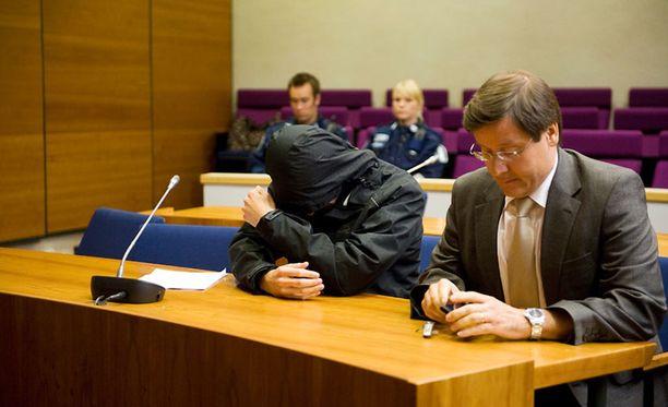 Samuli Matias Lammi (edessä vas.) on tuomittu aiemmin taposta ja nyt myös raiskauksesta. Kuva vuoden 2011 henkirikosoikeudenkäynnistä.