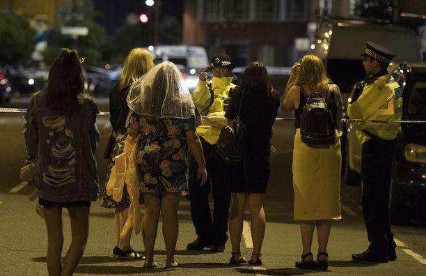 Lontoon lauantaisella terrori-iskulla oli lukuisia silminnäkijöitä. Iskun jälkeen poliisi ohjasi väkeä pois vilkkaalta alueelta.