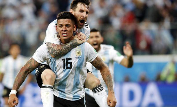 Lionel Messi hyppäsi Marcos Rojon reppuselkään tämän voittomaalin jälkeen.