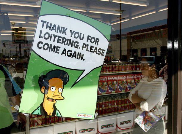 Maailmanlaajuinen kauppaketju 7-Eleven on hyödyntänyt Simpsonien luomaa Kwik-E -Mart -ketjua ja sen kauppiashahmoa Apu Nahasapeemapetilonia markkinoinnissaan. Kuva vuodelta 2007.