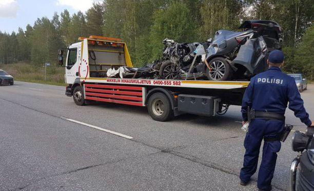 Autot vaurioituivat kolarissa pahoin.