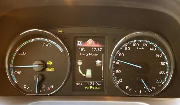 Mittaristo on täysin uusi. Hybridin energiavirrat näkyvät mittareiden keskellä olevalla näytöllä.