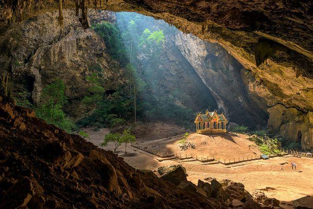 Toiselle sijalle ylsi kuva luolaan kätketystä kuninkaallisesta paviljongista Thaimaassa.