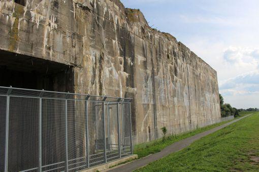 Bunkkerin joenpuoleinen pää. 1980-luvulla rauhanaktivistit maalasivat iskulauseita silloin armeijan käytössä olleen rakennuksen seiniin.