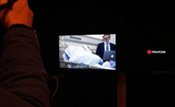 Vangitsemisoikeudenkäyntiin Turun yliopistollisen keskussairaalan turvahuoneesta käsin osallistunut pääepäilty peitti kasvonsa peitolla.