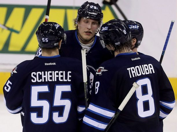 Laine (kesk.) ja Trouba (oik.) ovat nyt entisiä joukkuekavereita. Mark Scheifele (vas.) kuuluu Jetsin avainpelaajiin.